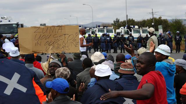 Des mineurs de Rustenburg font face à la police anti-émeute, le 16 septembre 2012 en Afrique du Sud [Alexander Joe / AFP]