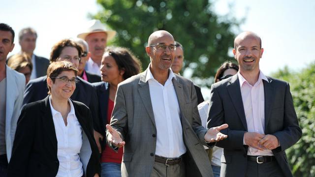 """Harlem Désir (C) avec les socialistes Valérie Corre et Olivier Frezot à une """"fête de la rose"""" à Ingré [Alain Jocard / AFP]"""