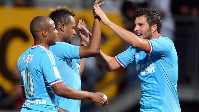 Le Marseillais Jordan Ayew (c), buteur, félicité par son frère André (g) et son coéquipier André-Pierre Gignac à Nancy, en Ligue 1, le 16 septembre 2012. [Patrick Hertzog / AFP]