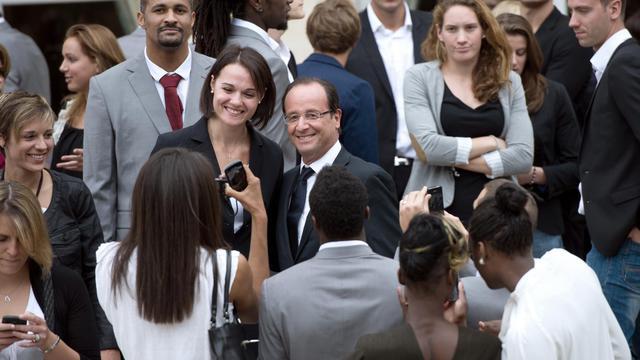 Le président François Hollande (c) pose avec les athlètes des jeux Olympiques et Paralympiques, le 17 septembre 2012 à Paris [Bertrand Langlois / AFP]