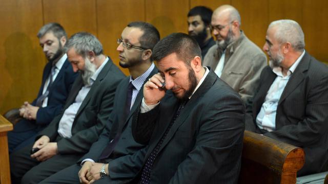 Quelques uns des treize musulmans bulgares accusés de propagation d'islamisme radical, attendent d'être jugés le 18 septembre 2012 à Pazardjik [Dimitar Dilkoff / AFP]