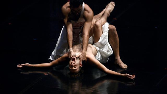 """Des danseurs réalisent la chorégraphie de """"Ce que j'appelle l'oubli"""", nouveau ballet d'Angelin Preljocaj, le 14 septembre 2012 à Lyon [Jeff Pachoud / AFP]"""