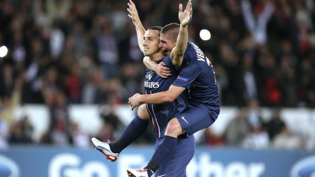 L'attaquant du PSG Zlatan Ibrahimovic, félicité par son coéquipier Marco Verratti, après son penalty réussi, le 18 septembre 2012 face au Dynamo Kiev. [Kenzo Tribouillard / AFP]