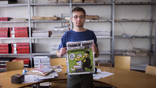 Le directeur de Charlie Hebdo présente la Une du journal satyrique contenant des caricatures de Mahomet, le 19 septembre 2012 à Paris [Fred Dufour / AFP]