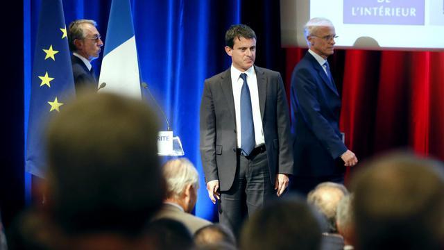 Manuel Valls devant les policiers et les gendarmes, à Paris, le 19 septembre 2012 [Patrick Kovarik / AFP]