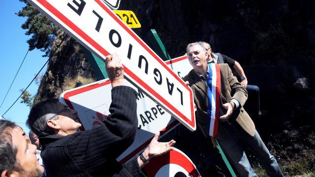 Vincent Alazard, maire de Laguiole, débaptise symboliquement sa commune, le 19 septembre 2012 [Jose A. Torres / AFP]