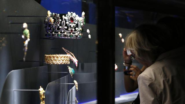 Des visiteurs regardent les bijoux de la marques Van Cleef & Arpels, le 19 septembre 2012 au musée des Arts décoratifs à Paris [Francois Guillot / AFP]