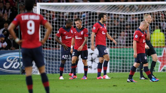 Les joueurs de Lille abattus après leur défaite face au BATE Borisov en Ligue des champions, à Villeneuve d'Ascq, le 19 septembre 2012. [Philippe Huguen / AFP]