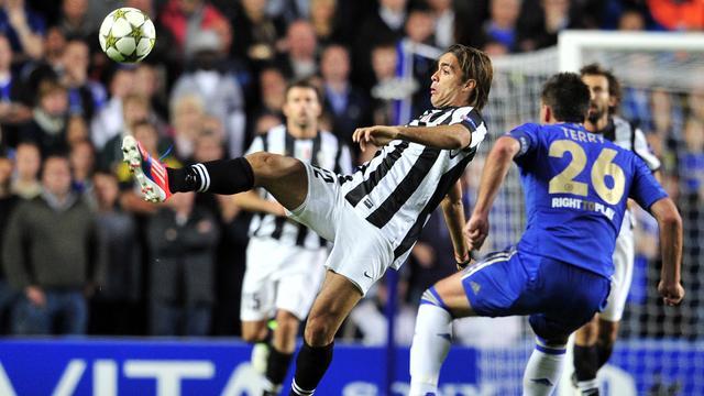 L'attaquant de la Juventus Turin Alessandro Matri (g) aux prises avec le défenseur de Chelsea John Terry en Ligue des champions, à Londres le 19 septembre 2012. [Glyn Kirk / AFP]