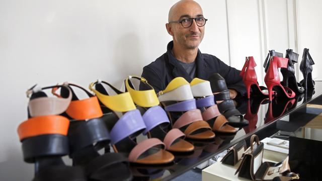Le créateur de chaussures Pierre Hardy avec des modèles de sa collection, le 20 septembre 2012 à Paris [Pierre Verdy / AFP/Archives]