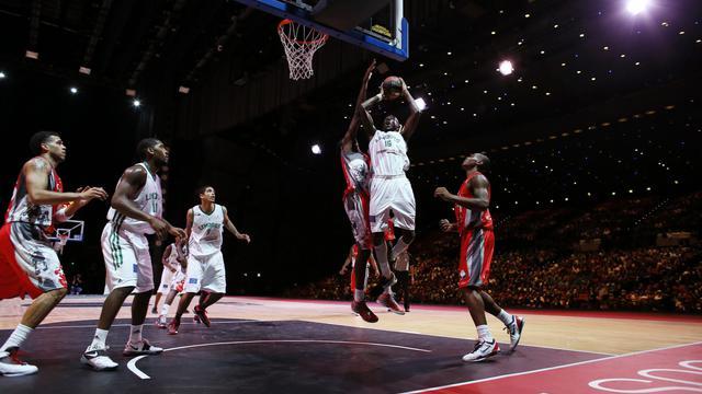 Nobel Boungou Colo, de Limoges, au tir face à Chalon-sur-Saône lors du match des champions au Palais des Congrès, à Paris, le 20 septembre 2012. [Kenzo Tribouillard / AFP]