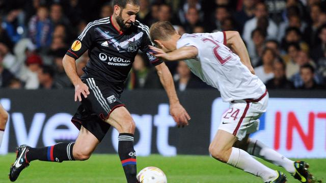 L'attaquant argentin de Lyon Lisandro Lopez (g) à la lutte avec Vlastimil Vidlicka, du Sparta Prague, en Europa League à Lyon, le 20 septembre 2012. [Philippe Desmazes / AFP]