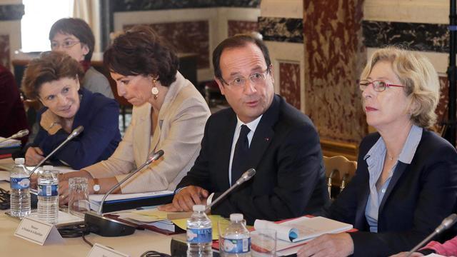 François Hollande, Marisol Touraine (g) et Geneviève Fioraso (d), lors d'une rencontre à l'Elysée avec les membres du Comité de suivi du plan Alzheimer, le 21 septembre 2012 à Paris [Michel Euler / Pool/AFP]