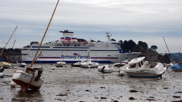 """Le """"Bretagne"""", un ferry appartenant à """"Brittany ferries"""", amarré dans le port de Saint-Malo, le 21 septembre 2012, dans l'ouest de la France [Damien Meyer / AFP]"""