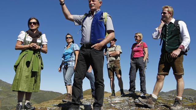 Hermann Härtel (c) donne un cours de chant tyrolien à un groupe dans les Alpes autrichiennes autour de la région de Salzbourg, le 8 septembre 2012 [Dieter Nagl / AFP]