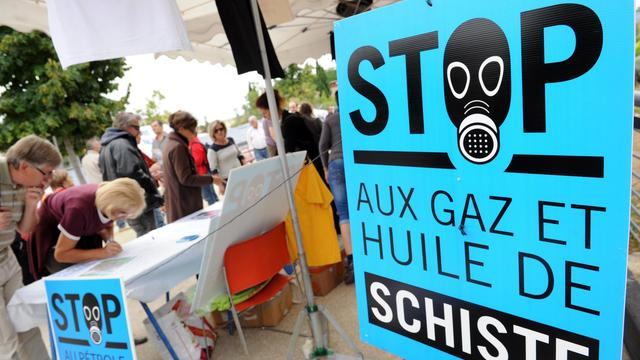 Des citoyens signent une pétition contre l'exploitation de gaz et d'huile de schiste, le 22 septembre 2012, à Saint-Christol-les-Ales (Gard), dans le sud de la France [Sylvain Thomas / AFP]