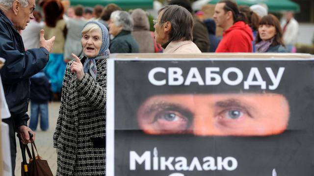 Des opposants aux élections législatives le 22 septembre 2012 à Minsk [Viktor Drachev / AFP]