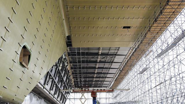 Des ouvriers installent en juillet 2011 la nouvelle façade du musée Stedelijk à Amsterdam [Lex van Lieshout / ANP/AFP/Archives]