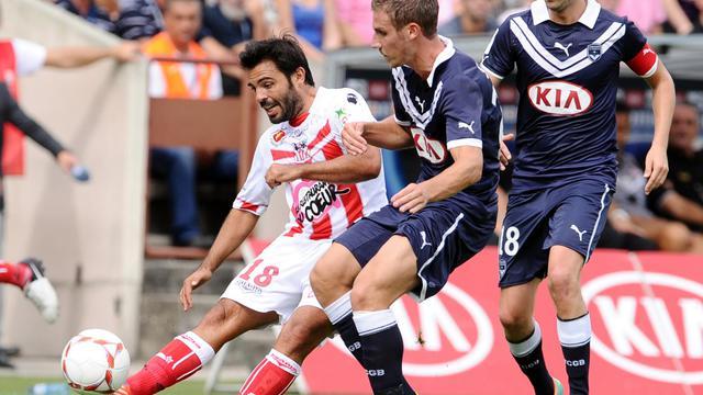 Les Bordelais Grégory Sertic (c) et Jaroslav Plasil (d) à la lutte avec Johan Cavalli (g), d'Ajaccio, en L1 à Bordeaux, le 23 septembre 2012. [Nicolas Tucat / AFP]