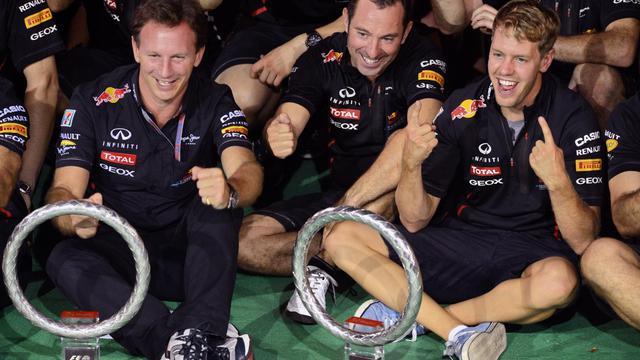 Sebastian Vettel pose avec son équipier Mark Webber et le reste de son équipe, à Singapour, le 23 septembre 2012. [Roslan Rahman / AFP]