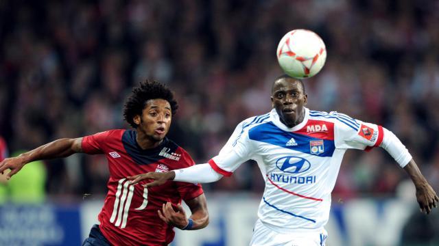 Duel entre l'attaquant de Lille Ryan Mendes et le défenseur de Lyon Mouhamadou Dabo, le 23 septembre 2012 au Grand Stade. [Denis Charlet / AFP]