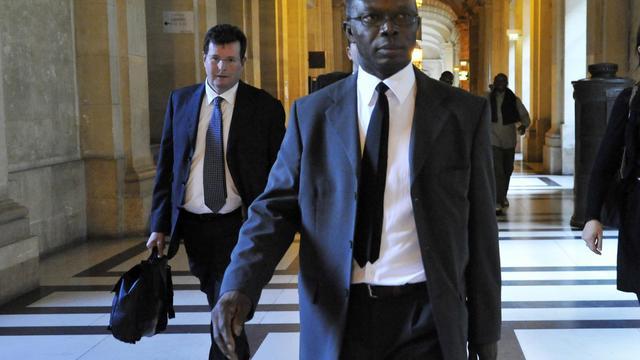 Le radiophysicien Joshua Anah et son avocat au tribunal de Paris, le 24 septembre 2012 [Mehdi Fedouach / AFP]