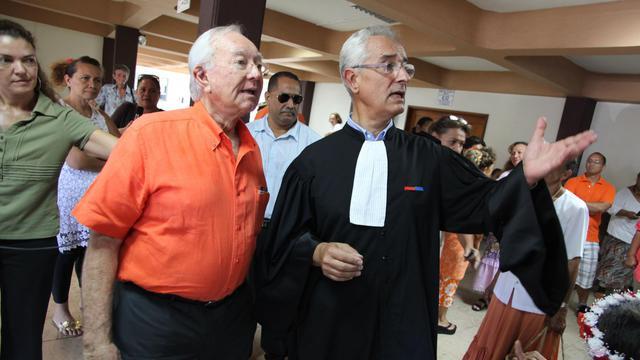 Gaston Flosse et son avocat Jean-Yves Le Borgnele 24 septembre 2012 à Papeete [Gregory Boissy / AFP]