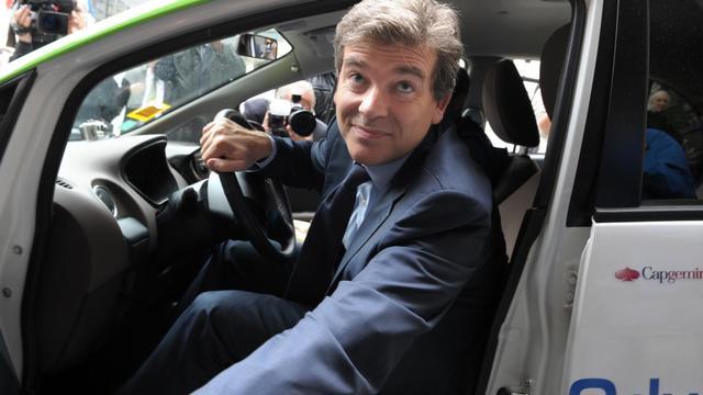 Arnaud Montebourg le 25 septembre 2012 au volant d'une Citroen C-Zero electrique à Paris [Eric Piermont / AFP]