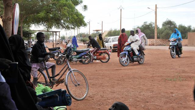 Des passants dans les rues de Gao, le 21 septembre 2012 [Issouf Sanogo / AFP/Archives]