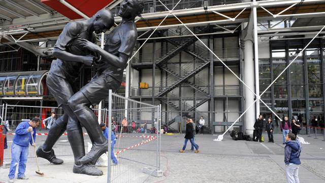 """La sculpture monumentale de l'artiste Adel Abdessemed représentant le """"coup de tête"""" de Zinedine Zidane, le 26 septembre 2012 devant le centre Pompidou à Paris [Mehdi Fedouach / AFP]"""