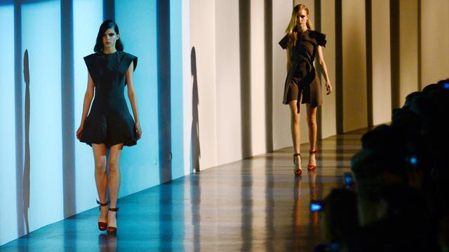 Des mannequins présentent des créations de Mugler à Paris le 26 septembre 2012 [Martin Bureau / AFP]