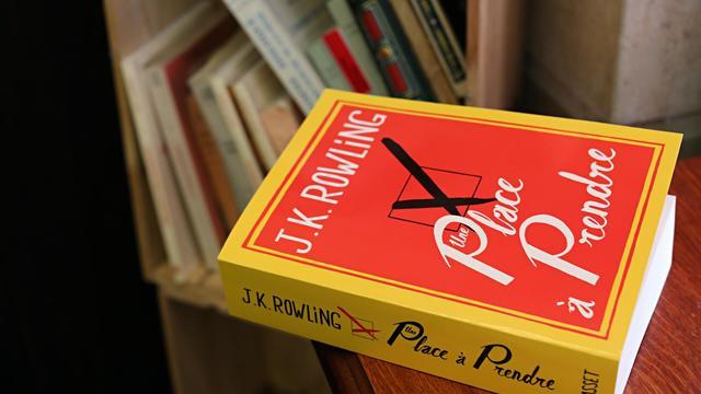 Un exemplaire en français du dernier livre de J.K. Rowling, le 28 septembre 2012 à Paris [Thomas Samson / AFP]
