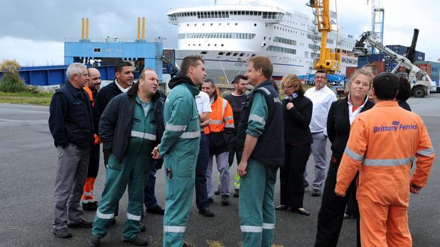"""Les équipages et le personnel de maintenance du ferry """"Pont Aven"""" amarré le 24 septembre 2012 à Brest [Fred Tanneau / AFP]"""