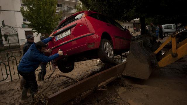 Une voiture emportée par les pluies diluviennes, près de Malaga, le 28 septembre 2012, est dégagée par les secours [Jorge Guerrero / AFP]
