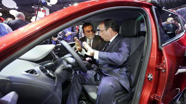 François Hollande (d) et Carlos Ghosn, patron de Renault, le 28 septembre 2012 au Salon de l'Automobile à Paris [Philippe Wojazer / Pool/AFP]