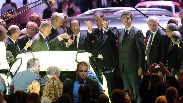 Le président François Hollande aux côtés du président du directoire de PSA Peugeot Citroën, Philippe Varin (G) et du minisrtre du Redressement productif, Arnaud Montebourg, (2e droite) au Salon de l'automobile à Paris, le 28 septembre 2012 [Thomas Samson / AFP]