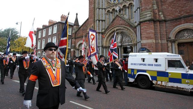 Des protestants défilent devant l'église catholique Saint Patrick, à Belfast, en Irlande du Nord, le 29 septembre 2012 [Peter Muhly / AFP]