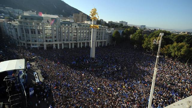Des dizaines de milliers de personnes participent à Tbilissi à une manifestations de l'opposition en Géorgie [Irakli Gedenidze / AFP]