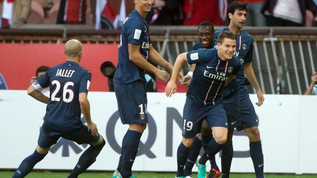 L'attaquant du PSG Kevin Gameiro (N.19), buteur contre Sochaux, félicité par ses coéquipiers, le 29 septembre 2012 au Parc des Princes. [Bertrand Langlois / AFP]
