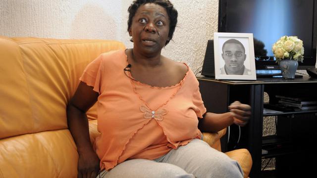 Aurélie Noubissi, la mère d'un des deux jeunes hommes tués dans une rixe près de Grenoble, est photographiée chez elle, à Echirolles, le 30 septembre 2012 [Jean-Pierre Clatot / AFP]