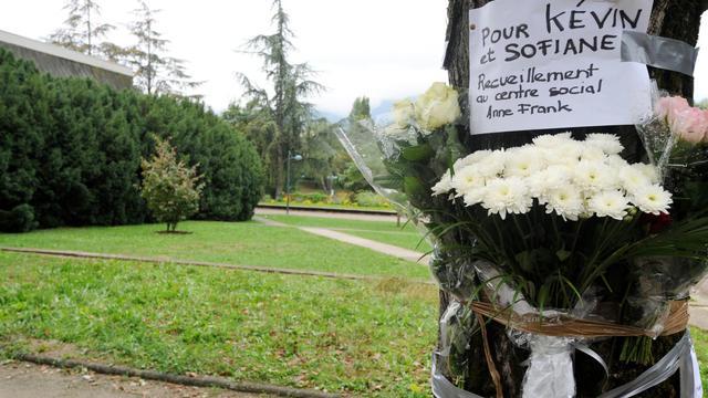 Des fleurs et un message déposés le 30 septembre 2012 dans le parc d'Echirolles, près de Grenoble, où deux jeunes ont été lynchés [Jean-Pierre Clatot / AFP]