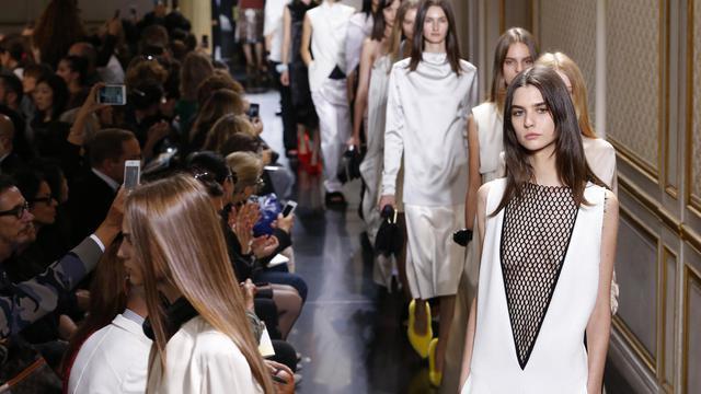 Des mannequins présentent la collection Céline lors de la Fashion Week le 30 septembre 2012 à Paris [Pierre Verdy / AFP]