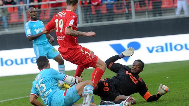 Le gardien de Marseille Steve Mandanda (d) en difficulté face au Valenciennois Le Tallec, le 30 septembre 2012 à Valenciennes. [Francois Lo Presti / AFP]