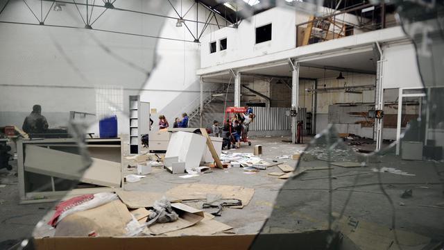 Des Roms dans un hangar désaffecté à Marseille, le 30 septembre 2012 [Boris Horvat / AFP]