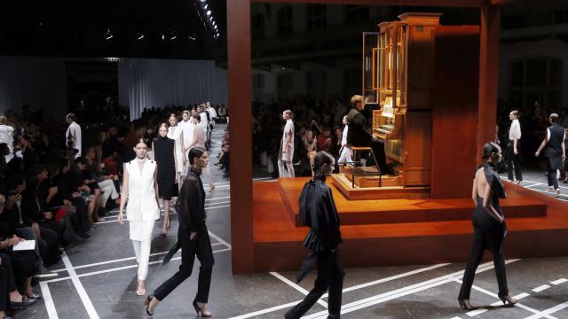 Des mannequins présentent des créations de la collection Givenchy, le 30 septembre 2012 à Paris [Pierre Verdy / AFP]