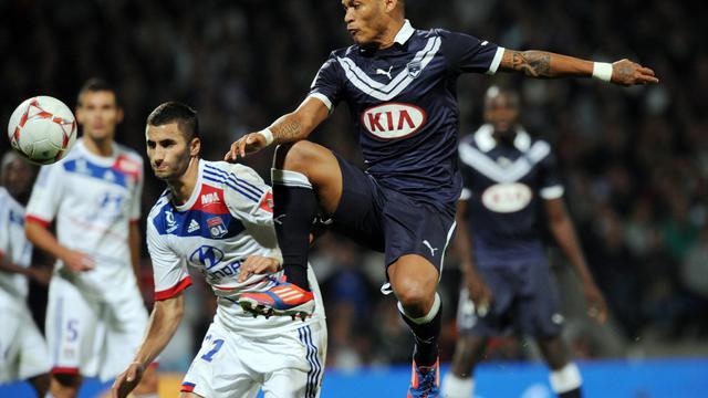 L'attaquant de Bordeaux Yoan Gouffran (d) à la lutte avec le Lyonnais Maxime Gonalons (g) en L1, le 30 septembre 2012 à Lyon. [Philippe Merle / AFP]