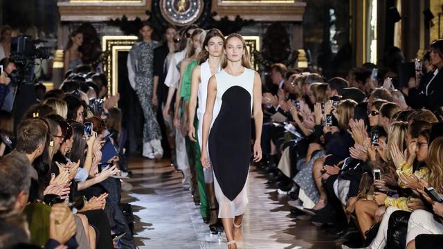 Des mannequins présentent les créations de prêt-à-porter de Stella McCartney, le 1er octobre 2012 à Paris [Patrick Kovarik / AFP]