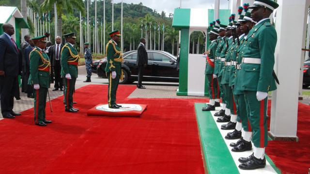Le président du Nigéria Goodluck Jonathan (c), le 1er octobre 2012 à Abuja [Emmanuel Wole / AFP]