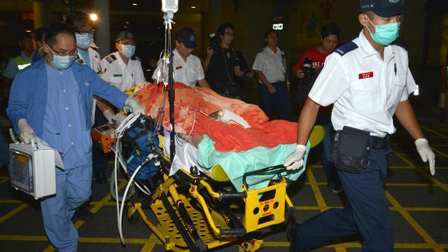 Un blessé est transferé depuis une ambulance vers l'hôpital, le 1er octobre 2012 à Hong Kong [Antony Dickson / AFP]