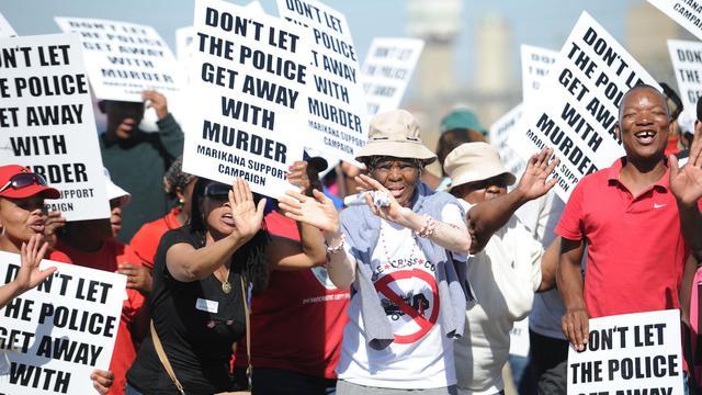 Des manifestants se sont rassemblés le 1er octobre 2012 lors de la visite de la commission chargée d'enquêter sur les violences qui ont fait 34 morts mi-août [ / AFP]